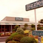 Sizzler restaurant closes early as customers rush to chain for the final time – 9News